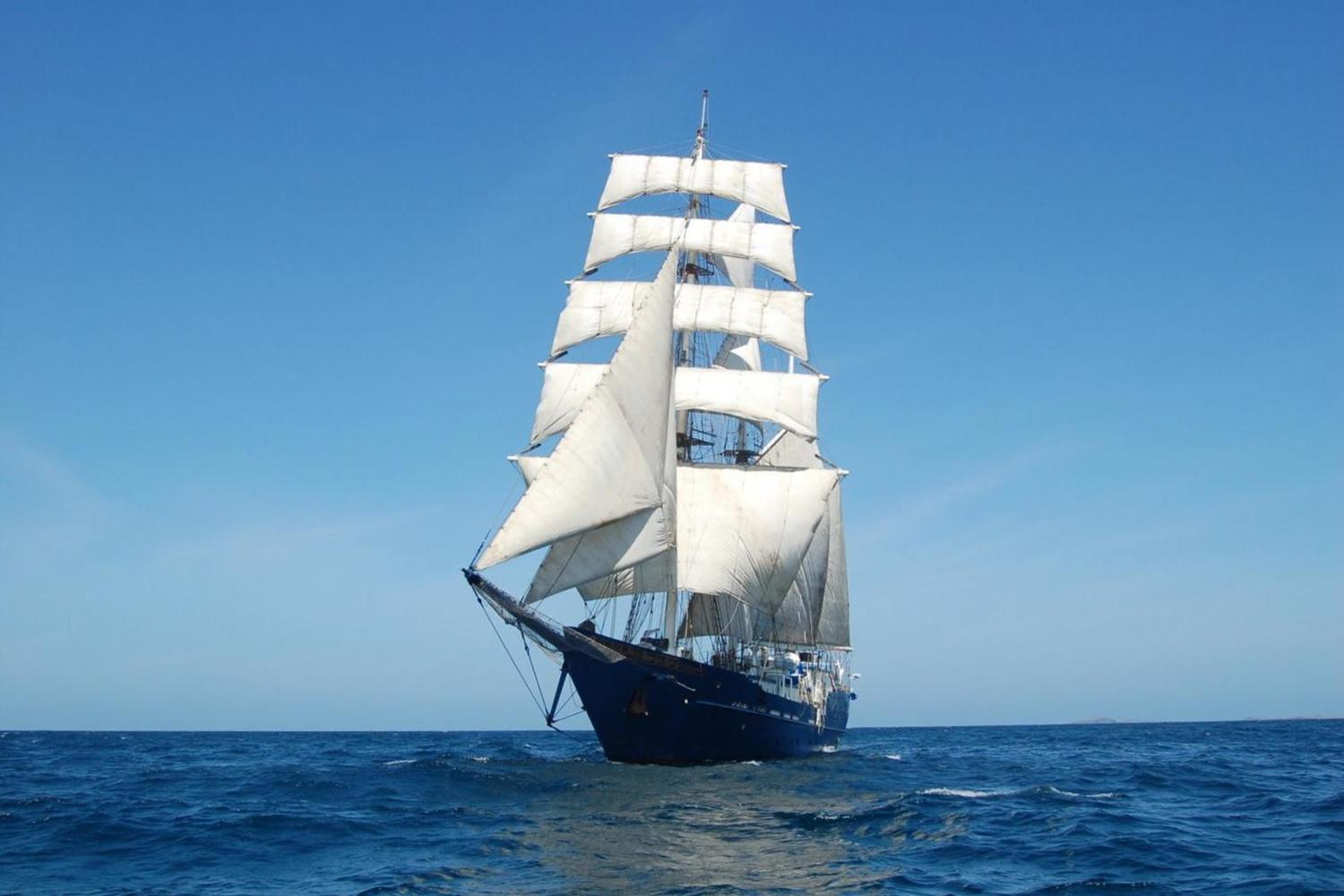 The Galapagos yacht Mary Anne under full sail