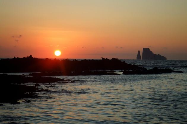 Ecuador-galapagos-islands-sunset-over-kicker-rock