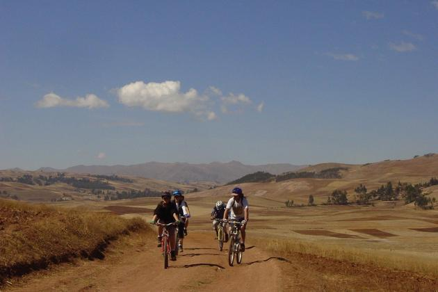 Peru-sacred-valley-group-mountain-biking