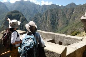 Peru-inca-trail-to-machu-picchu-guide-pointing-over-mountains