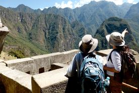 Peru-inca-trail-to-machu-picchu-guide-pointing-over-mountains2