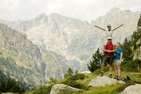 Spain-pyrenees-aigues-tortes-daughter-on-shoulders-arms-outstretched